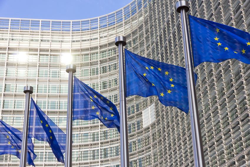 Vlajky před sídlem Evropské komise v Bruselu