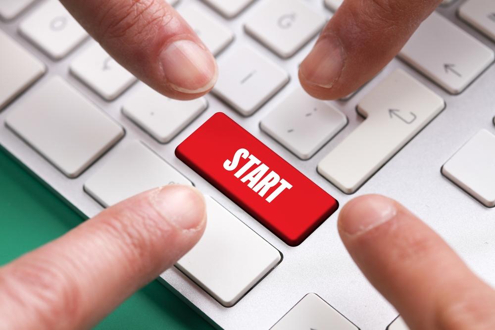 Prsty u tlačítka na klávesnici START