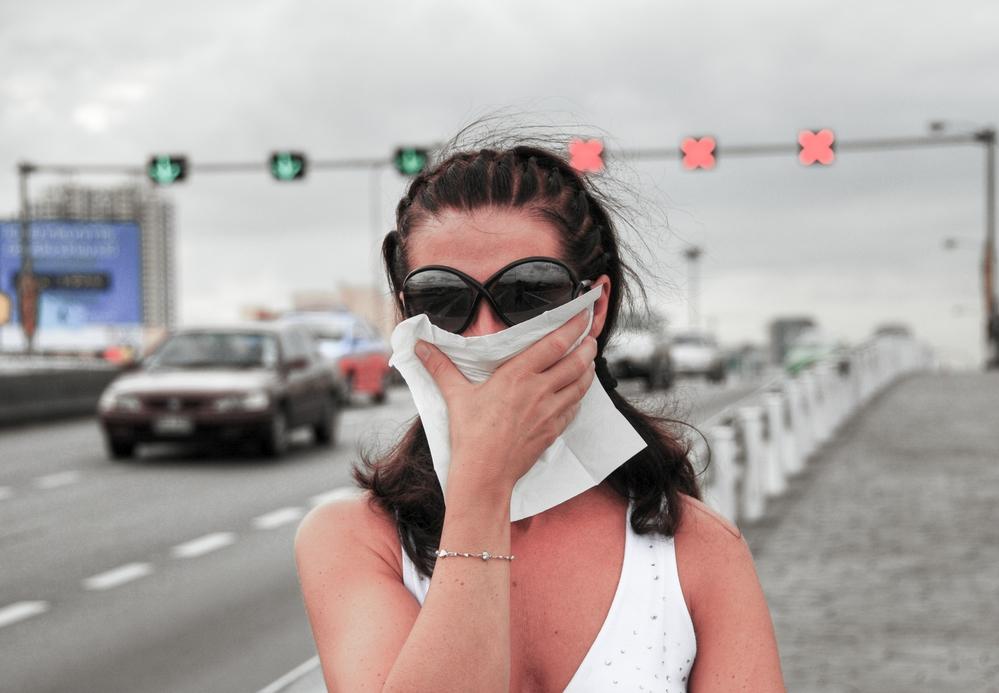 Žena se chrání před smogem